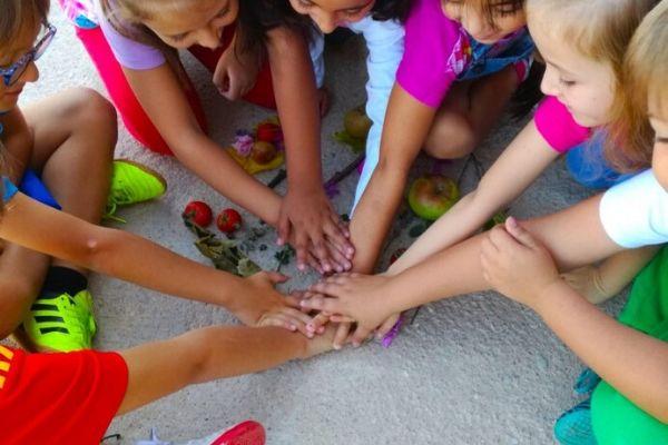 Imagen niños juntando las manos